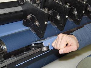 Eingebauter Handquerschneider im Rollenschneider Typ RSZB