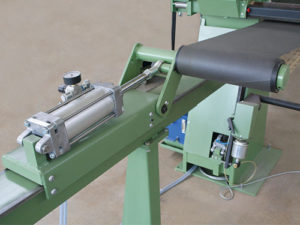 Horizontal belt stretcher with automatic belt guiding