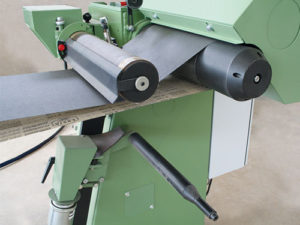 Cutting cylinder with automatic belt guiding and short belt stretcher